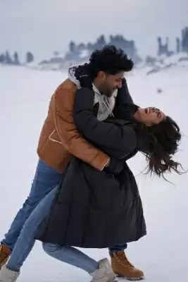 कश्मीर में गुरु रंधावा, मृणाल ठाकुर ने बर्फबारी में की मस्ती!
