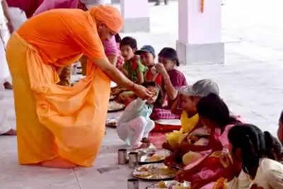 मुख्यमंत्री योगी ने बेटियों के पांव पखार मातृ शक्ति की आराधना की