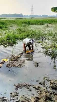 बिहार में तालाब से शराब की बोतलें बरामद, पुलिस भी हुई हैरान