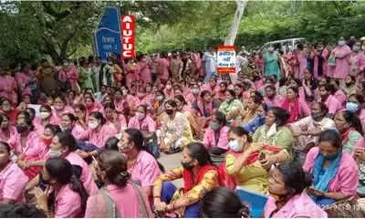 दिल्ली आशा वर्कर्स का न्यूनतम वेतन, इंसेटिव में बढ़ोतरी को लेकर सीएम आवास पर प्रदर्शन