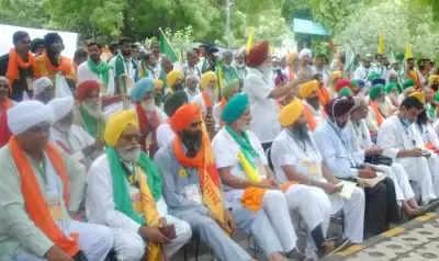 जंतर मंतर पर किसानों ने शुरू की किसान संसद