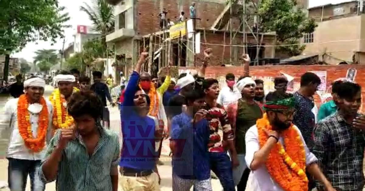 चुनाव आयोग के आदेश की उड़ी धज्जियां, रोहनिया के मड़ाव में नवनिर्वाचित ग्राम प्रधान ने निकाला विजय जुलूस