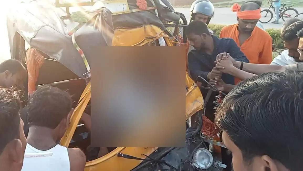 चंदौली : हाईवे पर खड़े ट्रक से टकराया ऑटो, चालक की मौत, छह घायल