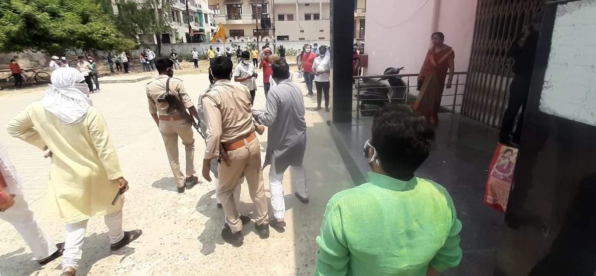 वैक्सीन के लिये धक्का मुक्की कर रहे युवक को मंत्री रवींद्र जायसवाल ने दौड़ाकर खदेड़ा