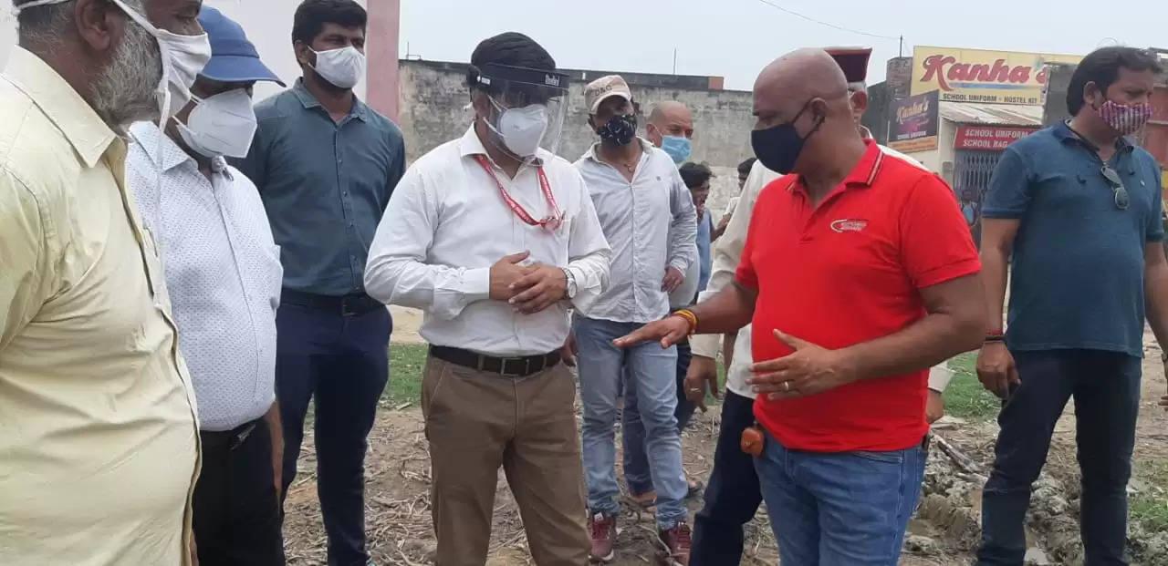 नगर आयुक्त ने रामलीला भवन के पास तालाब का किया निरीक्षण, साफ-सफाई कराने का दिया निर्देश