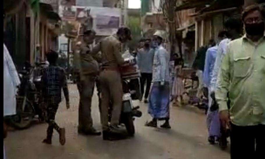 दुकानदार का सामान ले जाते पुलिसकर्मियों के वायरल वीडियो की कहानी निकली फर्जी, जांच में हुआ खुलासा