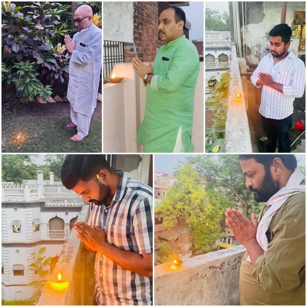कोरोना से मृत लोगों की आत्मा की शांति के लिए वाराणसी में कांग्रेसजनों ने दीप जलाकर की प्रार्थना