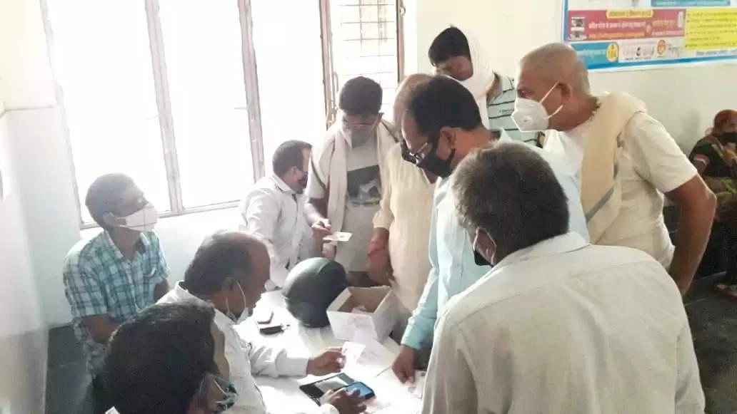 शहरी सामुदायिक स्वास्थ्य केंद्र शिवपुर पर वैक्सीनेशन के लिए उमड़ रही भीड़, पर सोशल डिस्टेंसिंग की उड़ रही धज्जियां