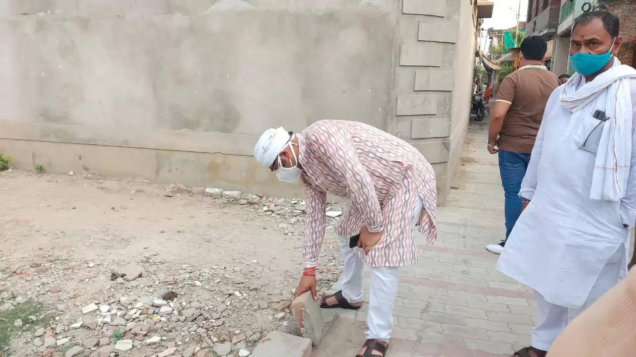 घटिया सड़क निर्माण कार्य देख भड़के कैंट विधायक सौरभ श्रीवास्तव, ठेकेदारों को ब्लैक लिस्ट करने को डीएम को लिखा पत्र
