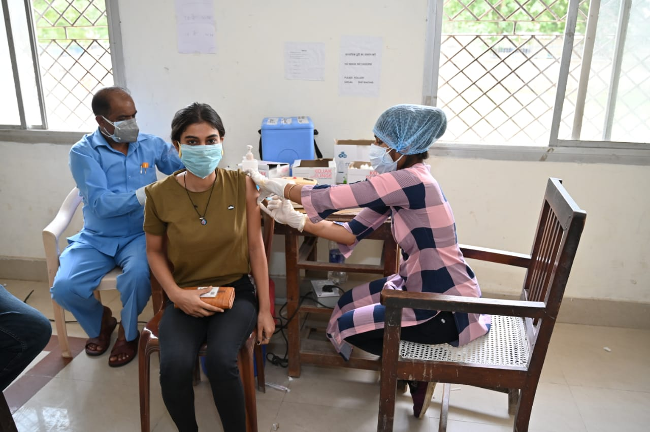 वाराणसी में लोग हो रहे जागरुक, मंगलवार को 8975 लाभार्थियों को लगी कोविड वैक्सीन