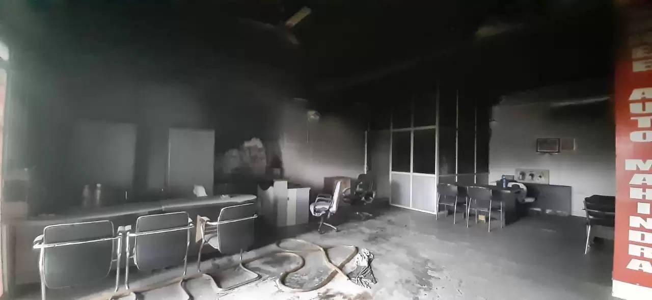 चंदौली : वाहन शोरूम में लगी भीषण आग, लाखों का सामान जलकर खाक