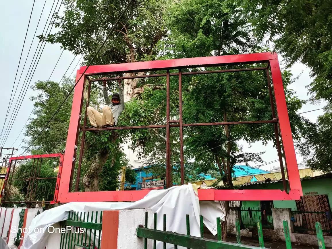 वाराणसी : नगर निगम ने अवैध विज्ञापनों को हटाया, 48 होर्डिंग्स जब्त, बकायदारों को दिया अल्टीमेटम
