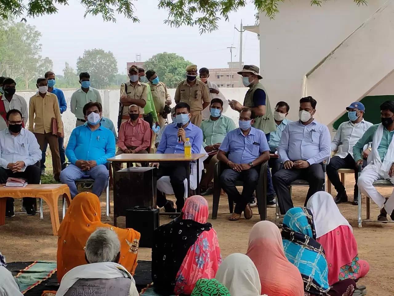चंदौली : जनचौपाल में डीएम ने सुनी ग्रामीणों की समस्याएं, अमृतपुर गांव में अधूरे शौचालयों की जांच का दिया निर्देश