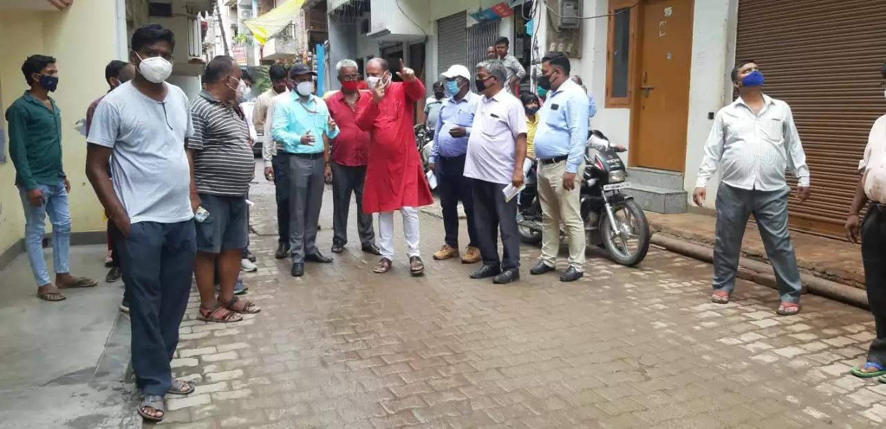 आदर्श नगर तुलसीपुर का निरीक्षण करने पहुंचे नगर आयुक्त और कैंट विधायक, चोक पड़ी सीवर लाईन को साफ कराने के दिये निर्देश