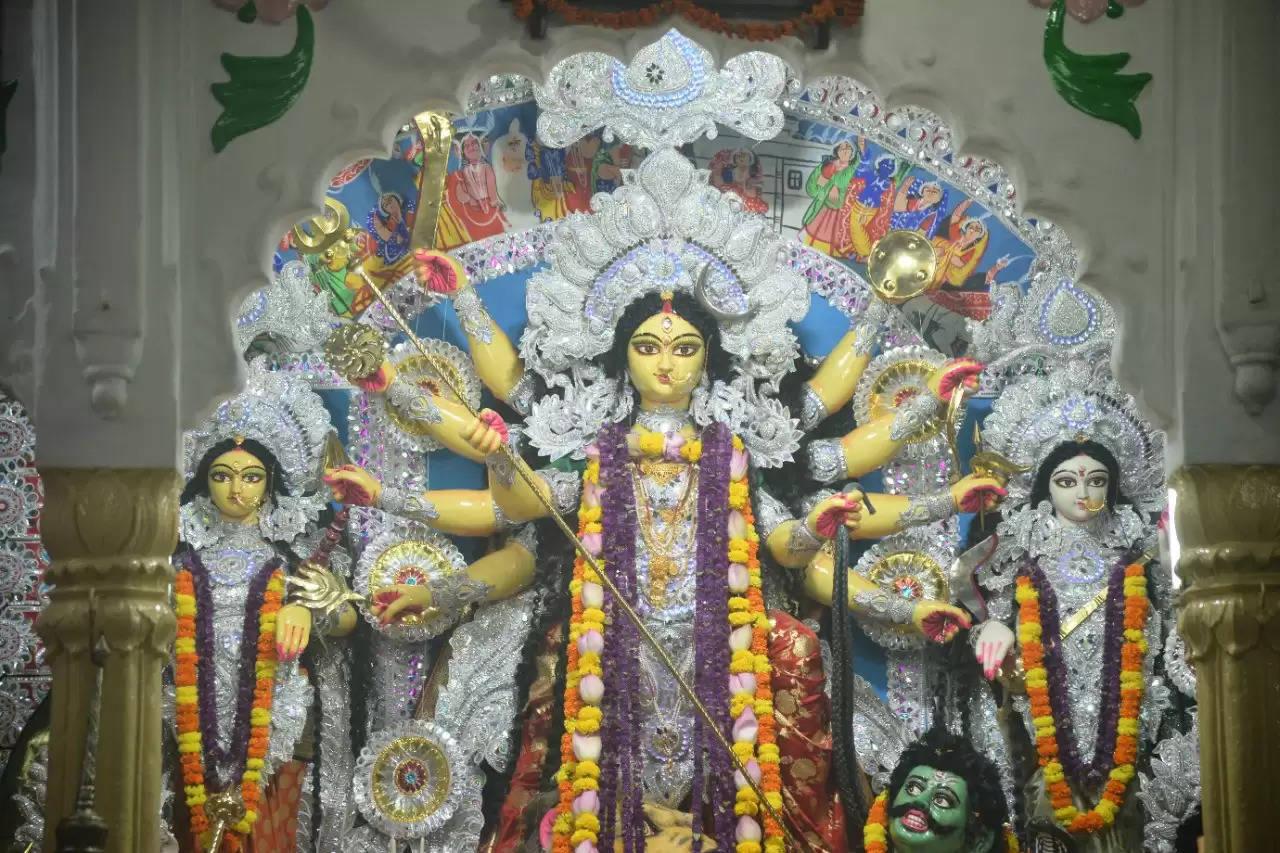 वाराणसी। शारदीय नवरात्रि के अंतिम दिन नवमी पर काशी में उल्लास के रंग बिखरे। शाम से पंडाल और गलियां रंग बिरंगी रौशनी से दमक उठीं। बुधवार शाम से ढलते ही शहर के पंडालों में लोगों की चहल पहल शुरु हो गई तो वहीं, गुरुवार को पंडालों में भक्तों का रेला उमड़ने लगा।