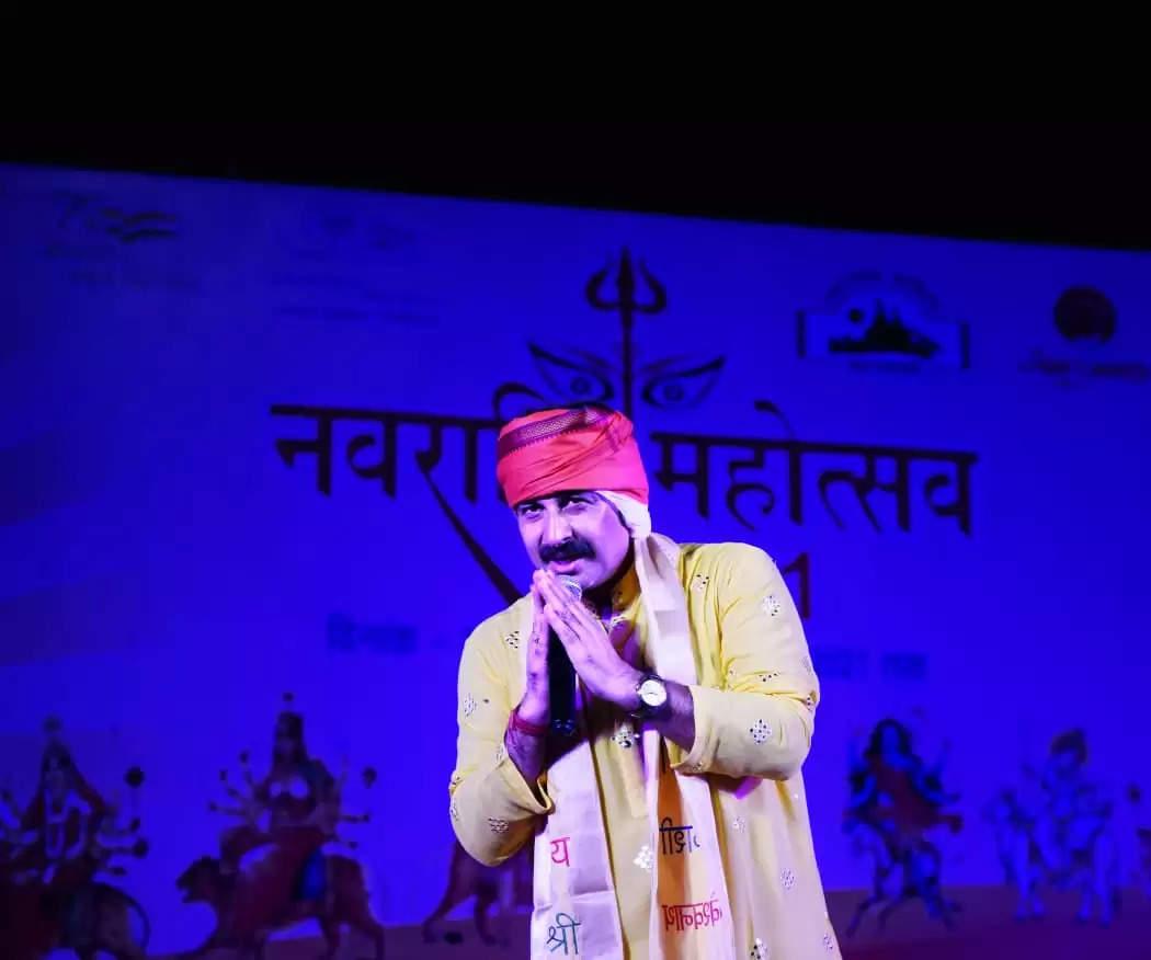 नवरात्र महोत्सव की छठवीं संध्या में भोजपूरी गायक मनोज तिवारी की सुरधार पर झूमे बनारसी