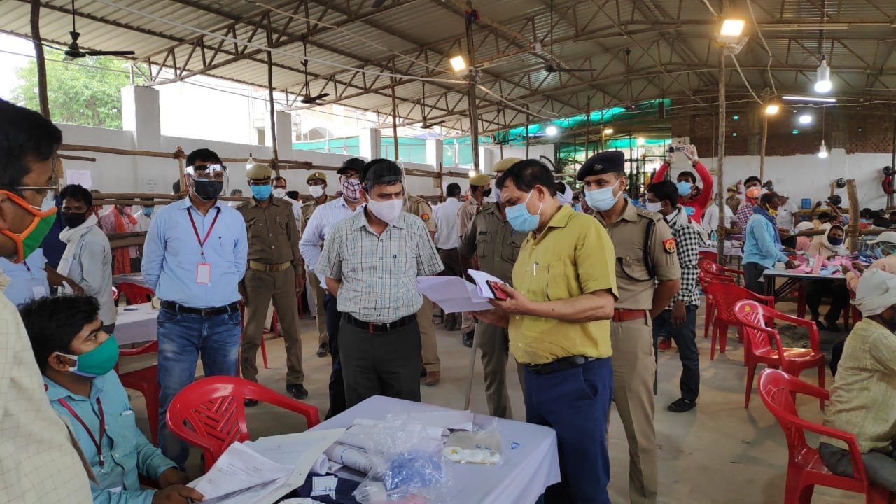 वाराणसी : डीएम कौशल राज शर्मा ने मतगणना स्थलका किया निरीक्षण