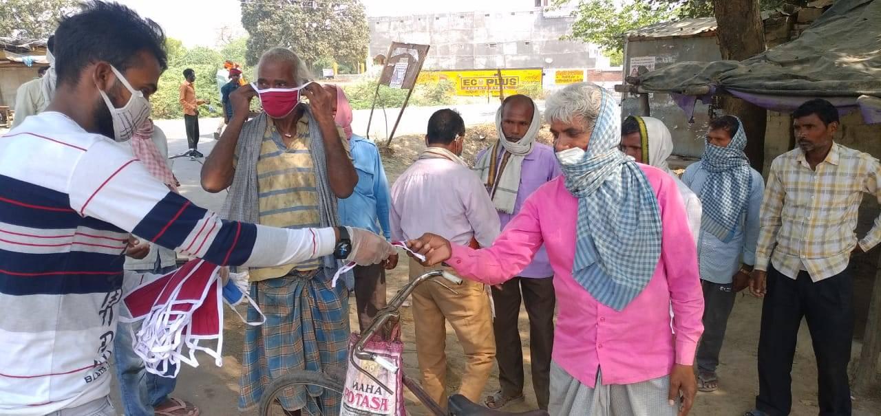 मज़दूर दिवस : दिहाड़ी मज़दूरों को लोक समिति ने बांटा मास्क, कोरोना संक्रमण के प्रति किया जागरूक